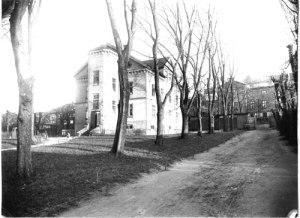Rosendalskasernen (Norra Forsåkersgatan 2 E) på den gamla Jutelyckan. (Foto: Knut Kjellman, Mölndals Hembygdsförenings arkiv.)