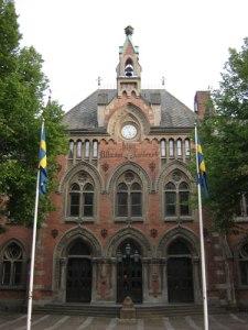 Djäkneskolan i Skara flaggar för Västergötlands Fornminnesförening.