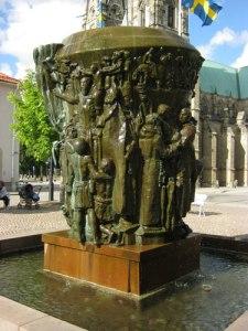Krönikebrunnen – ett framstående konstverk, som berättar väsentliga händelser i Skaras historia. Foto: Lars Gahrn.