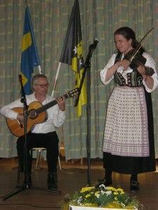 Kristin Fornfela och hennes far spelar folkmusik.