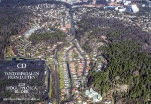 På baksidan ser vi en nytagen bild av Dalen från söder. Som synes räknas nu hela dalgången till samhället Toltorpsdalen.
