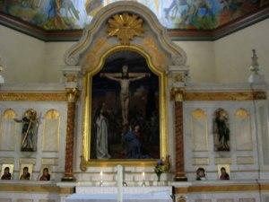 Altaruppsatsen präglas av mjuk rokoko.