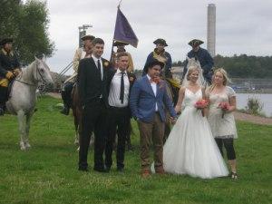 Ett brudfölje från Birgittas kapell ville ha de karolinska ryttarna som bakgrund på bröllopsbilden.