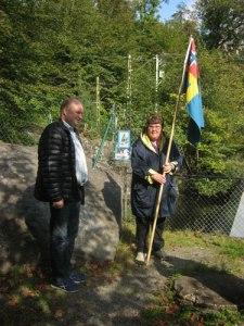 Uppställning med flaggan vid Oscar II:s namnteckning och informationstavlan. Foto: Lars Gahrn.