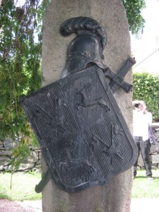 Gjutjärnsornamentet på gravstenen.