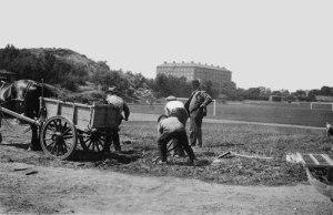Johan på Gårda inspekterar anläggningen av en fotbollsplan omkring 1929. I bakgrunden ses Gibraltarvallen.