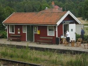 Åtorps välskötta och trevliga järnvägsstation. Foto: Lars Gahrn.