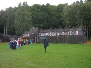 Åskådare går iväg till teatern Ljudaborg. Foto: Lars Gahrn.
