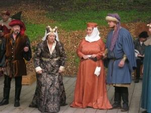 Färgglada och vackra medeltidsdräkter har man sytt upp.