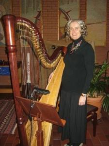 Gun Louise Hogmalm Ryderstam vid sin harpa. Foto: Lars Gahrn.