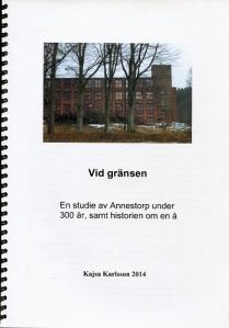 Omslaget pryds av en bild, som visar Annestorps fabriksbyggnad. Byggnaden och framför allt tornet är ett landmärke i Lindome.