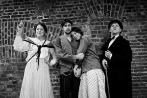 Här ser vi hela skådespelartruppen, från vänster: Anna Fallström, Pontus de Salareff  Klarén, Siri Hanbert, och Eik Elias Ekström.