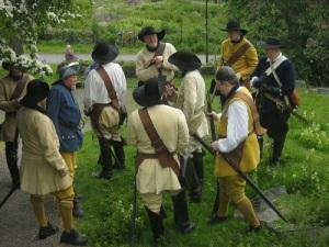 Tack vare byte av en eller annan klädespersedel ser karolinerna ut som knektar från tidigt 1600-tal.