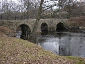 Vamme bro – en av sevärdheterna under färden på Säveån genom Lerum.