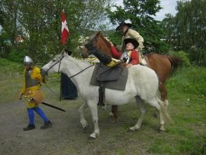 En dansk befälhavare har träffats av en kula och glider ur sadeln.