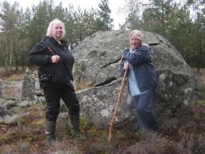 Mona Lorentzson och Kristina Bengtsson vid gränsstenen i Rördalen. Foto: Lars Gahrn.