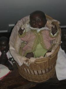 Småflickorna var mycket fördomsfria och ville gärna ha en afrikansk docka. Visst är lillan söt!