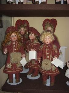 Engelska julsångare, tillverkade av Birgitta Peterson själv i Vänersborgs Dockateljé.