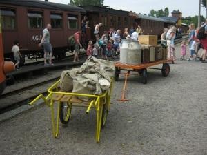 Förr skulle resgods lastas ombord på tågen. Vagnar med tidstypiskt resgods finns alltid med vid Antens station.