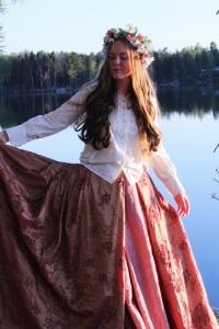 Hillewi Elgstrand framträder som en flicka ur en folkvisa.