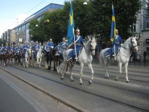 Beridna högvakten rider på Östra Hamngatan. Foto: Lars Gahrn.