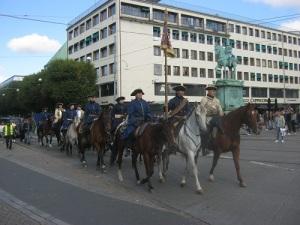 Bohus Elfsborghs Caroliner rider förbi Kungsportsplatsen och Karl IX:s ryttarstaty.