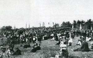 Man ser knappt minnesstenen för allt folk, som kom till invigningen 1910.