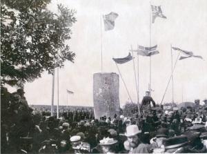 Flygande fanor och klingande spel, hög stämning vid invigningen av minnesstenen i Åsle.