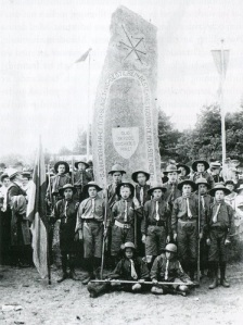 Scouter har låtit fotografera sig vid den ståtliga stenen.