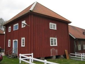 Magasinen är ett slags västsvenska härbren, mycket gamla och sällsynta. Själv har jag ännu inte sett något liknande på andra håll.