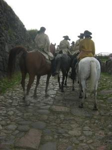 Rid försiktigt! Kullerstenen och hästskorna är hala.