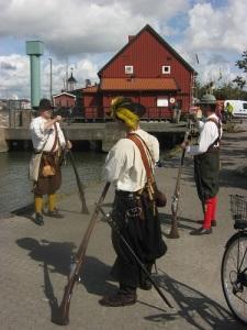 Soldater ur Gustav II Adolfs fotfänika exercerar i Klippans kulturreservat. Foto: Lars Gahrn.