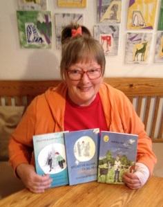 Ulla Enalid Thomsen vid sitt köksbord med sina senaste böcker. Foto: Monika Utbult i oktober 2015.