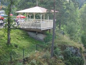 De båda serveringspaviljongerna är som örnnästen ovanför den översta slusstrappan. Foto: Lars Gahrn.