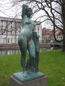 """Galatea i Stadsparken är en havsnymf och följaktligen avbildad utan kläder, beredd att när som helst åter glida ner i vattnet, där hon hör hemma. I sin dikt """"Bilder från Stadsparken i Borås"""" nämner skalden, att några skämtare hade satt en trosa på henne."""