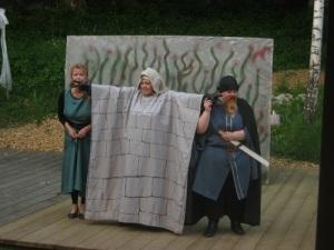 Pyramus och Thisbe skildes åt av en mur. Muren gestaltades av en skådespelare i detta skämtsamt menade teaterstycke i teaterstycket.
