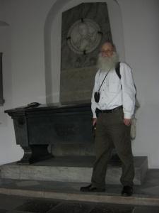 Lars Gahrn vid Tordenskiolds gravmonument, som blev första turistmålet i Köpenhamn.