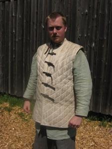Under pansaret bär riddaren en vadderad jacka, som värmer i sommarsolen.