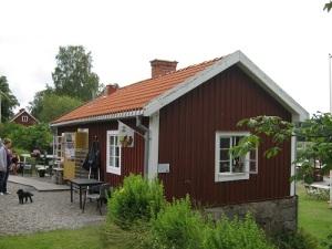 Brovaktarstugan i Borgå sund (i Västmanland) är nu kafé.