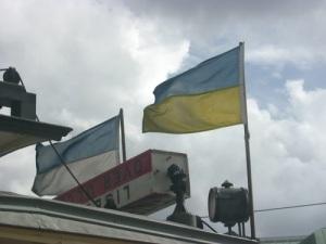 Sveriges blågula flagga och Göteborgs blåvita ses på spårvagnens tak.