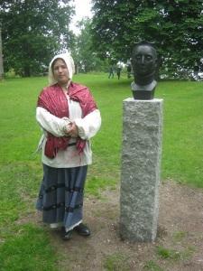 Julia Källhult vid Margareta Leijonhufvuds porträtthuvud. Foto: Lars Gahrn.