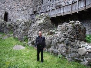 JBLD Strömberg har även bokstavligen följt Gustaf Wasa i spåren. Här syns han i Raseborgs slottsruin. Konungen bodde på detta slott en kort tid 1530. Foto: Johannes Strömberg.