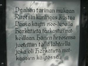Den finska texten vid Vanhalinnas källa är sirligt präntad. Foto: Lars Gahrn.