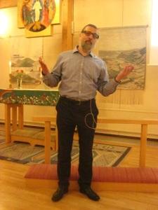 Sakkunskap och livligt framställningssätt utmärker föredragshållaren Dan Korn. Foto: Lars Gahrn.
