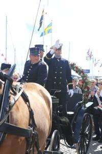 Konung Oscar står upp i vagnen och hälsar på sina undersåtar i Marstrand. Foto: Jan-Arne Björkman.