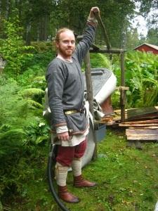En viking drar blåsbälgen. Foto: Lars Gahrn.