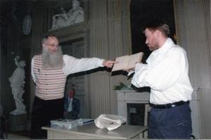 Niklas Krantz håller upp visboken, och Lars Gahrn pekar ut orden: Christina Halls Wis Bok Anno 1766. Foto: Anna Jolfors.