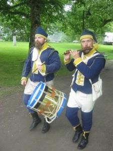 Militärmusikerna Andreas Hellius och Henrik Nilsson från Westgiötha Gustavianer spelade marscher för åskådarna. I bakgrunden skymtar Margareta Leijonhufvuds porträtthuvud. Foto: Lars Gahrn.