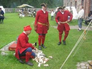 Norrmän från föreningen Tordenskiolds Soldater lever lägerliv.