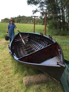 Thomas Siösteen har tjärat sin roddbåt Lisa af Långholmen. På huvudet har han sin ullhatt.